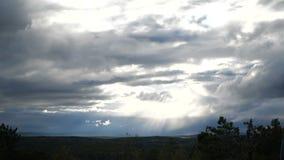 Ο ουρανός είναι πλήρης των σύννεφων φιλμ μικρού μήκους