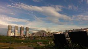 Ο ουρανός επάνω από το πάρκο απόθεμα βίντεο