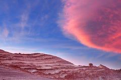 Ο ουρανός διαιρεί υπέροχα πέρα από τους σχηματισμούς πετρών στην κοιλάδα φεγγαριών, έρημος Atacama, Χιλή Στοκ Φωτογραφίες