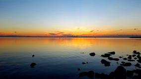 Ο ουρανός και η λίμνη στο σούρουπο μετά από το ηλιοβασίλεμα Στοκ Φωτογραφία