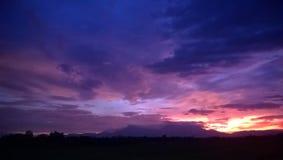 Ο ουρανός και νεφελώδης στο λυκόφως Στοκ Εικόνες
