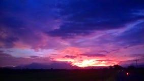 Ο ουρανός και νεφελώδης στο λυκόφως Στοκ φωτογραφία με δικαίωμα ελεύθερης χρήσης