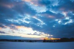 Ο ουρανός κατά τη διάρκεια του ηλιοβασιλέματος, που καλύπτεται με φωτεινό, που εκφράζεται σαφώς στοκ εικόνες