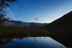 Ο ουρανός με τα αστέρια στην αυγή, που απεικονίζεται στο νερό Στοκ Εικόνα