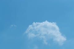 Ο ουρανός με τα σύννεφα που κινούνται με τον αέρα Στοκ φωτογραφία με δικαίωμα ελεύθερης χρήσης