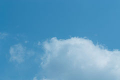 Ο ουρανός με τα σύννεφα που κινούνται με τον αέρα Στοκ Εικόνες