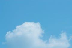 Ο ουρανός με τα σύννεφα που κινούνται με τον αέρα Στοκ Εικόνα