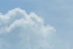 Ο ουρανός με τα σύννεφα που κινούνται με τον αέρα Στοκ Φωτογραφίες