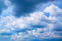 Ο ουρανός μπλε και νεφελώδης Στοκ Φωτογραφίες