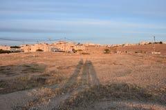 Ο ουρανός πέρα από την έρημο και το χωριό στο Ισραήλ και οι τρεις ανθρώπινες σκιές το βράδυ Στοκ φωτογραφίες με δικαίωμα ελεύθερης χρήσης