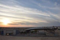 Ο ουρανός πέρα από την έρημο και το χωριό στο Ισραήλ και οι τρεις ανθρώπινες σκιές το βράδυ Στοκ εικόνες με δικαίωμα ελεύθερης χρήσης