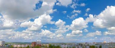 Ο ουρανός πέρα από την πόλη. Πανόραμα Στοκ εικόνες με δικαίωμα ελεύθερης χρήσης