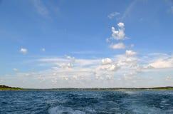 Ο ουρανός πέρα από τη λίμνη Στοκ Εικόνες