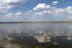 Ο ουρανός που απεικονίζεται στο νερό, εγκαταλειμμένη λίμνη παραλιών, θερινός ουρανός, φύση, μπλε σύννεφο, Στοκ Εικόνες