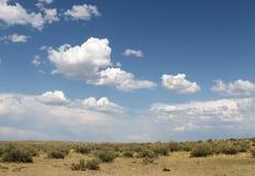 Ο ουρανός που απεικονίζεται στο νερό, εγκαταλειμμένη λίμνη παραλιών, θερινός ουρανός, φύση, μπλε σύννεφο, Στοκ εικόνα με δικαίωμα ελεύθερης χρήσης