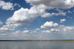 Ο ουρανός που απεικονίζεται στο νερό, εγκαταλειμμένη λίμνη παραλιών, θερινός ουρανός, φύση, μπλε σύννεφο, Στοκ Εικόνα