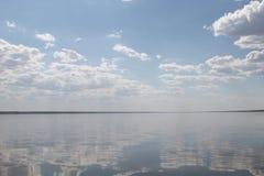 Ο ουρανός που απεικονίζεται στο νερό, εγκαταλειμμένη λίμνη παραλιών, θερινός ουρανός, φύση, μπλε σύννεφο, Στοκ Φωτογραφίες