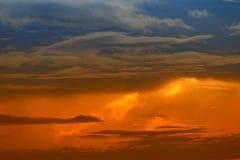 Ο ουρανός στο σύννεφο ηλιοβασιλέματος και κινήσεων, όμορφο ζωηρόχρωμο διάστημα φύσης βραδιού για προσθέτει το κείμενο Στοκ φωτογραφία με δικαίωμα ελεύθερης χρήσης