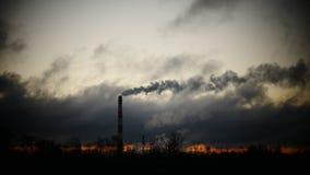Ο ουρανός χρονικού σφάλματος ανατολής και η κίνηση καλύπτουν το σωλήνα εγκαταστάσεων παραγωγής ενέργειας με τον καπνό Λετονία απόθεμα βίντεο