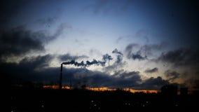 Ο ουρανός χρονικού σφάλματος ανατολής και η κίνηση καλύπτουν το σωλήνα εγκαταστάσεων παραγωγής ενέργειας με τον καπνό Λετονία φιλμ μικρού μήκους