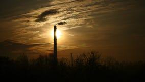Ο ουρανός χρονικού σφάλματος ανατολής και η κίνηση καλύπτουν το σωλήνα εγκαταστάσεων παραγωγής ενέργειας με τον καπνό Λετονία 4K απόθεμα βίντεο