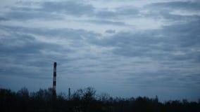 Ο ουρανός χρονικού σφάλματος ηλιοβασιλέματος και η κίνηση καλύπτουν το σωλήνα εγκαταστάσεων παραγωγής ενέργειας με τον καπνό Λετο απόθεμα βίντεο