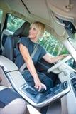 Ο οδηγός γυναικών σταθμεύει το αυτοκίνητό της Στοκ εικόνα με δικαίωμα ελεύθερης χρήσης