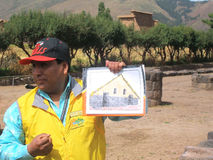Ο οδηγός καταδεικνύει την υποθετική αναδημιουργία του σπιτιού Inca Στοκ εικόνα με δικαίωμα ελεύθερης χρήσης