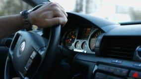 Ο οδηγός πίσω από τη ρόδα ενός αυτοκινήτου απόθεμα βίντεο