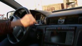 Ο οδηγός πίσω από τη ρόδα ενός αυτοκινήτου φιλμ μικρού μήκους
