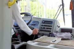 Ο οδηγός του λεωφορείου επιβατών παραβιάζει τους κανόνες της διαχείρισης οχημάτων - προσποιείται να φορέσει μια ζώνη ασφαλείας, α Στοκ φωτογραφία με δικαίωμα ελεύθερης χρήσης