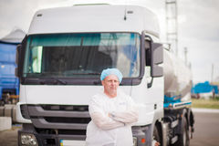 Ο οδηγός του φορτηγού γάλακτος κοντά στο φορτηγό είναι Στοκ εικόνα με δικαίωμα ελεύθερης χρήσης
