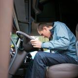 Ο οδηγός φορτηγού προετοιμάζει το ημι φορτηγό χώρων εργασίας για την οδήγηση Στοκ εικόνα με δικαίωμα ελεύθερης χρήσης