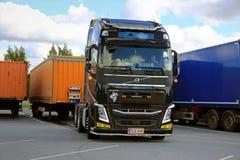 Ο οδηγός φορτηγού της VOLVO FH αποσυνδέει το ρυμουλκό φορτίου Στοκ Φωτογραφίες