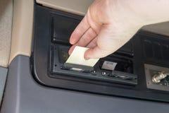 Ο οδηγός φορτηγού χρησιμοποιεί την κάρτα ταχογράφων Στοκ εικόνα με δικαίωμα ελεύθερης χρήσης