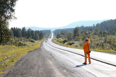 Ο οδικός εργαζόμενος σταματά το αυτοκίνητο Στοκ Φωτογραφία