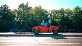 Ο οδικός κύλινδρος συμπιέζει την άσφαλτο απόθεμα βίντεο
