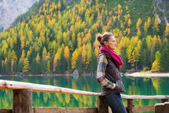 Ο οδοιπόρος γυναικών με παραδίδει τα υπόλοιπα τσεπών στη λίμνη Bries στοκ εικόνα με δικαίωμα ελεύθερης χρήσης
