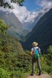 Ο οδοιπόρος γυναικών με το σακίδιο πλάτης που στέκεται στο βράχο απολαμβάνει τη θέα βουνού Annapurna, Νεπάλ Στοκ Εικόνες