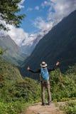 Ο οδοιπόρος με το σακίδιο πλάτης που στέκεται στο βράχο απολαμβάνει τη θέα βουνού Annapurna, Νεπάλ Στοκ φωτογραφία με δικαίωμα ελεύθερης χρήσης