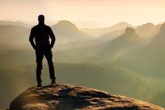 Ο οδοιπόρος στέκεται στην αιχμή του βράχου ψαμμίτη στο πάρκο αυτοκρατοριών βράχου και προσέχει πέρα από τη misty και ομιχλώδη κοι Στοκ εικόνες με δικαίωμα ελεύθερης χρήσης