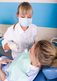 Ο οδοντίατρος θεραπεύει τον ασθενή δοντιών Στοκ φωτογραφία με δικαίωμα ελεύθερης χρήσης