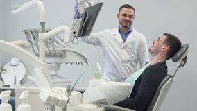 Ο οδοντίατρος και το αρσενικό υπομονετικοί παρουσιάζουν αντίχειρές τους απόθεμα βίντεο
