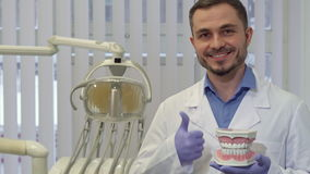 Ο οδοντίατρος καταδεικνύει το σχεδιάγραμμα των ανθρώπινων δοντιών απόθεμα βίντεο