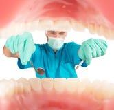 Ο οδοντίατρος παίρνει την προσοχή Στοκ Φωτογραφία