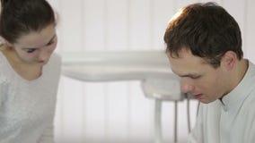 Ο οδοντίατρος παρουσιάζει υπομονετική ακτίνα X στην ταμπλέτα φιλμ μικρού μήκους