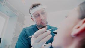 Ο οδοντίατρος στο ιατρικό γραφείο ένας ασθενής στο οδοντικό γραφείο φιλμ μικρού μήκους
