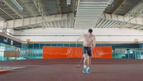 Ο ολυμπιακός αθλητής κάνει τις τρέχοντας ασκήσεις απόθεμα βίντεο