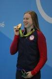 Ο ολυμπιακός βασιλιάς της Lilly πρωτοπόρων των Ηνωμένων Πολιτειών γιορτάζει τη νίκη μετά από τελικό προσθίου γυναικών ` s 100m το στοκ φωτογραφία