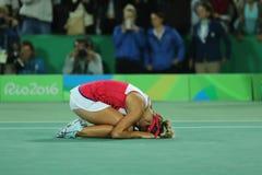Ο ολυμπιακός πρωτοπόρος Μόνικα Puig του Πουέρτο Ρίκο γιορτάζει τη νίκη αφότου ξεχωρίζουν οι γυναίκες ` s αντισφαίρισης τελικό του Στοκ εικόνα με δικαίωμα ελεύθερης χρήσης